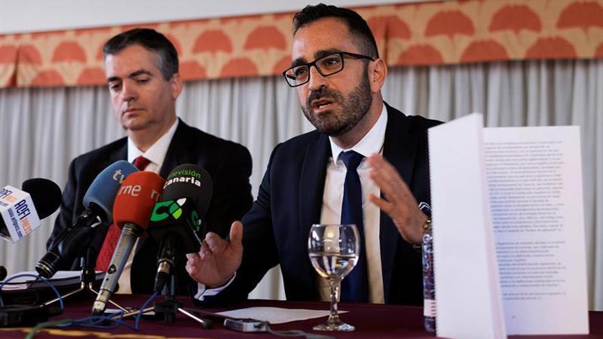El abogado de la Asociación Canaria del Alquiler Vacacional, Javier Valentín (d) y el profesor de derecho administrativo de la ULPGC, Manuel Sarmiento (i)