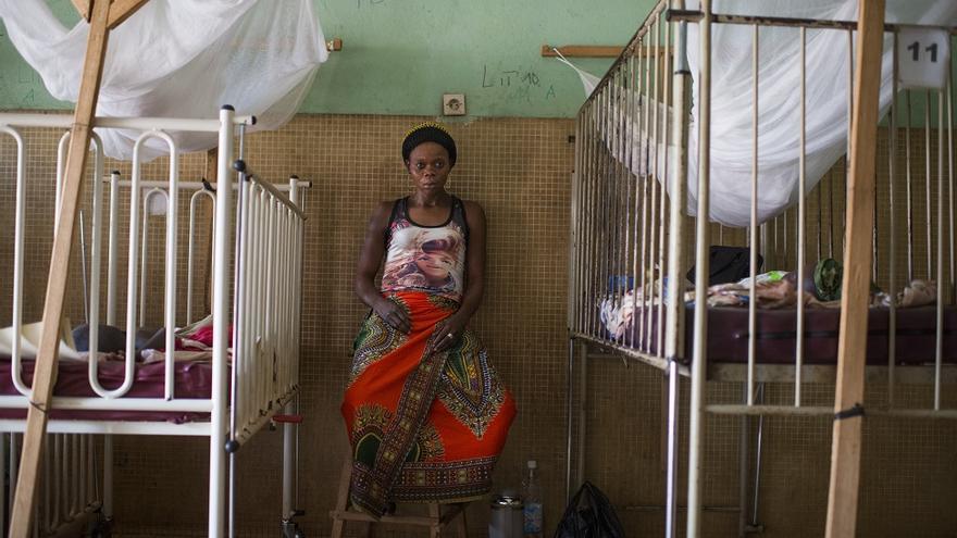 Constantine Jamet, de 25 años, en la cama de su hija en el hospital de Bambari.