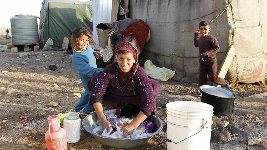 El ejército libanés detiene a decenas de sirios en un campo de refugiados