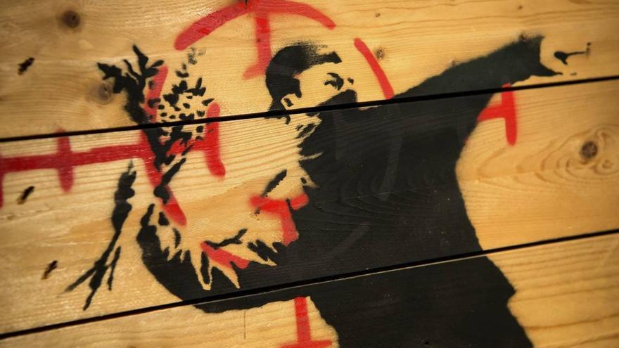 'El manifestante lanzador de ramos de flores', de Banksy