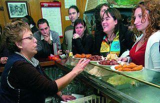 Carmen atendiendo a sus clientes | EULEZ