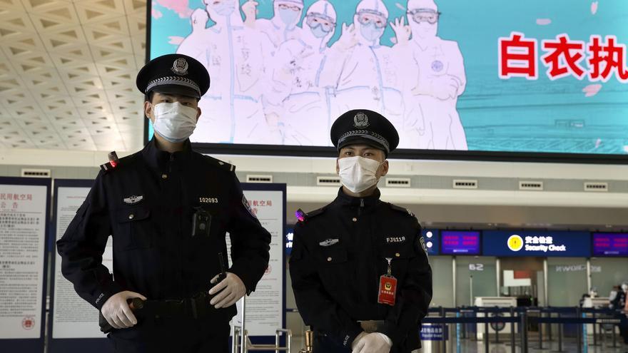 Policías chinos prestan seguridad en el aeropuerto internacional de Wuhan el 8 de abril tras el fin del bloqueo de la ciudad.