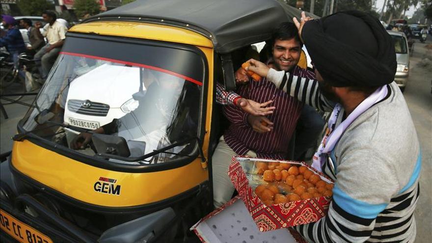 Los indignados indios arrasan en las elecciones regionales de Delhi