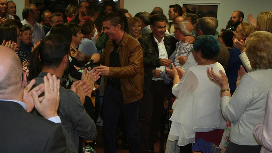 Militantes arropando a Santiago Cabañero en la presentación de su proyecto para el PSOE de Albacete.