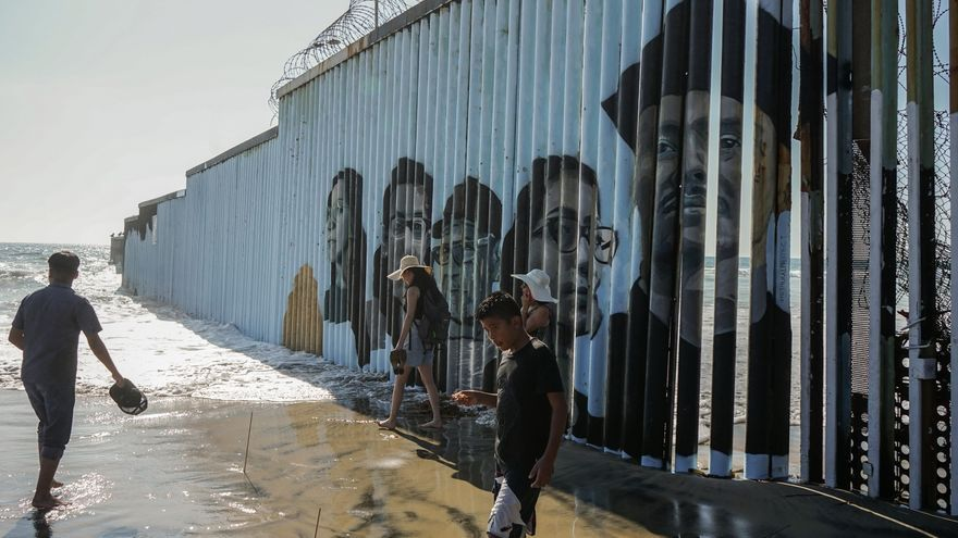 Los rostros de deportados se plasman en el muro entre México y EE.UU.