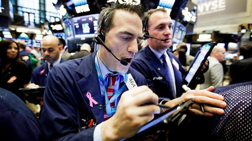 Wall Street se recupera de las pérdidas iniciales y sube a media sesión