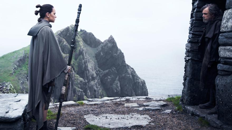 Rey (Daisy Ridley) y Luke Skywalker (Mark Hamill), nuevos padawan y maestro