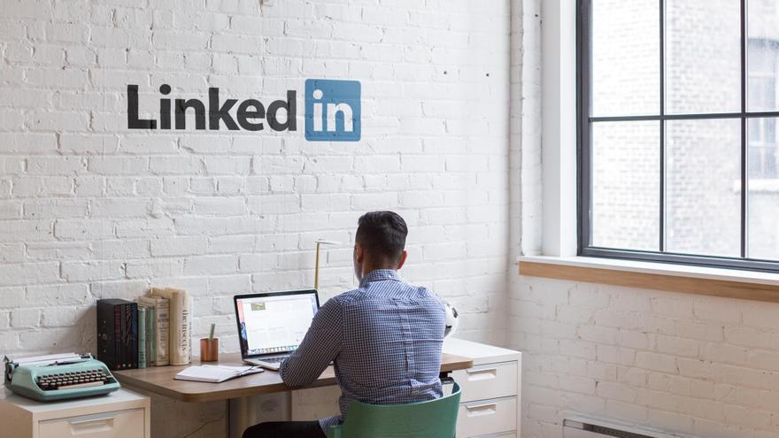 Una persona frente al logo de LinkedIn