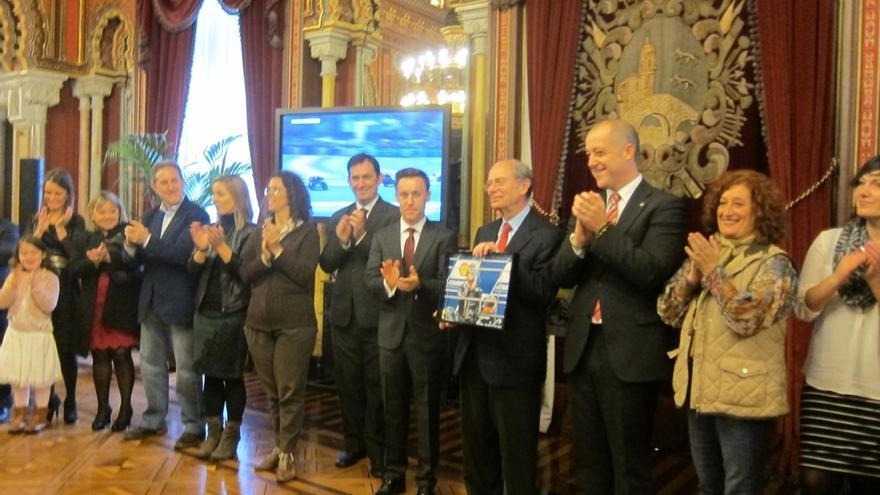 El Ayuntamiento recibe a Efrén Vázquez, tras los últimos éxitos conseguidos por el piloto bilbaíno