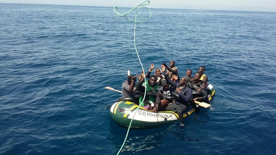 Interceptada una patera volcada en el Estrecho procedente de Tánger con nueve subsaharianos