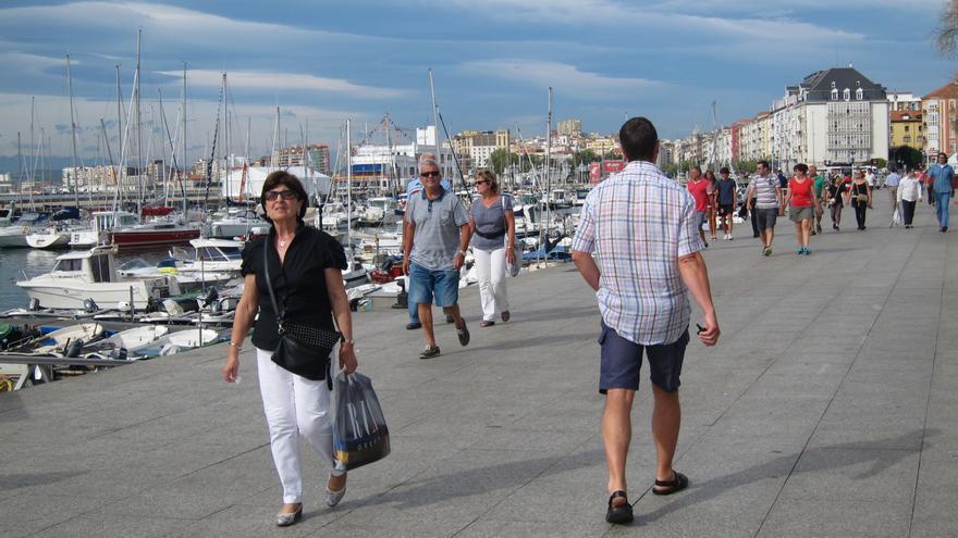 Archivo - Turistas en Santander.- Archivo