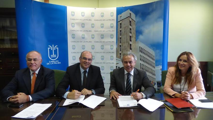 En la imagen, momento de la firma del convenio este jueves en la sede del Cabildo.
