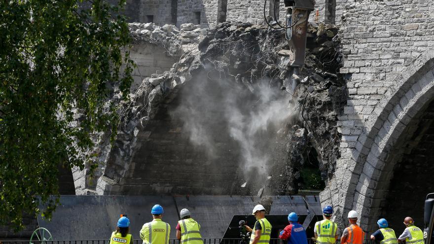 El Puente de los Agujeros de Tournai, Bélgica, durante su demolición.