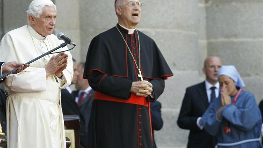 """El cardenal Bertone denuncia """"calumnias"""" en los libros con filtraciones del Vaticano"""