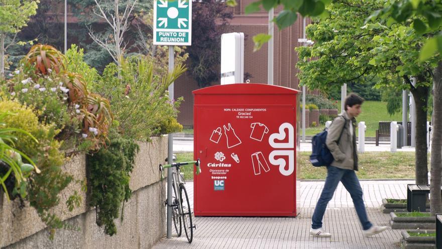 La ropa usada también se puede depositar en el campus de la Universidad de Cantabria. | ISABEL CUBRÍA