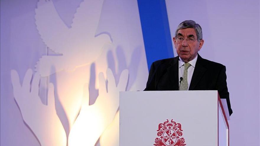 El nobel de Paz Óscar Arias pide que se inicie un cese el fuego bilateral en Colombia