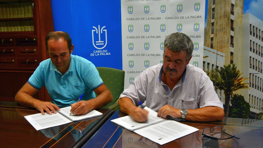 Un momento de la firma del contrato.