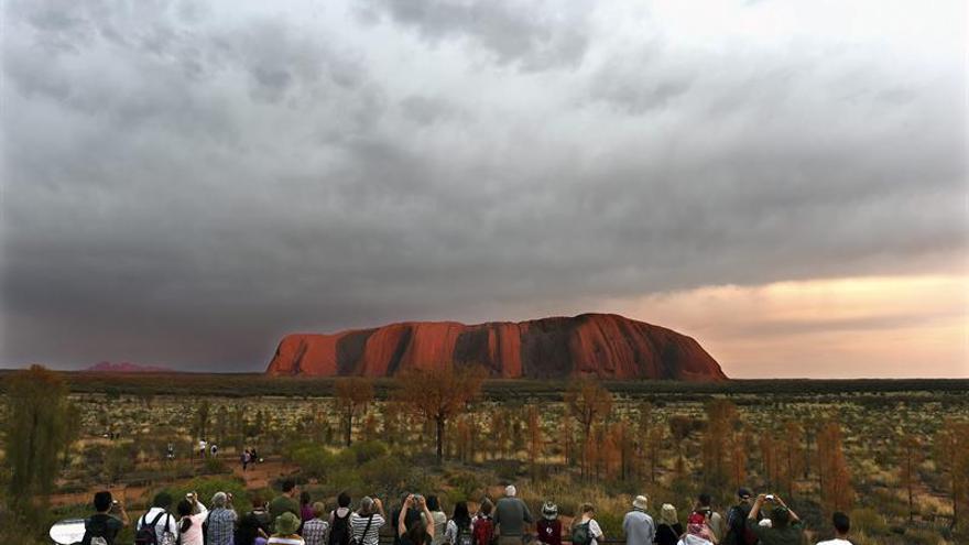 Australia prohibirá subir el monte sagrado aborigen Uluru en 2019