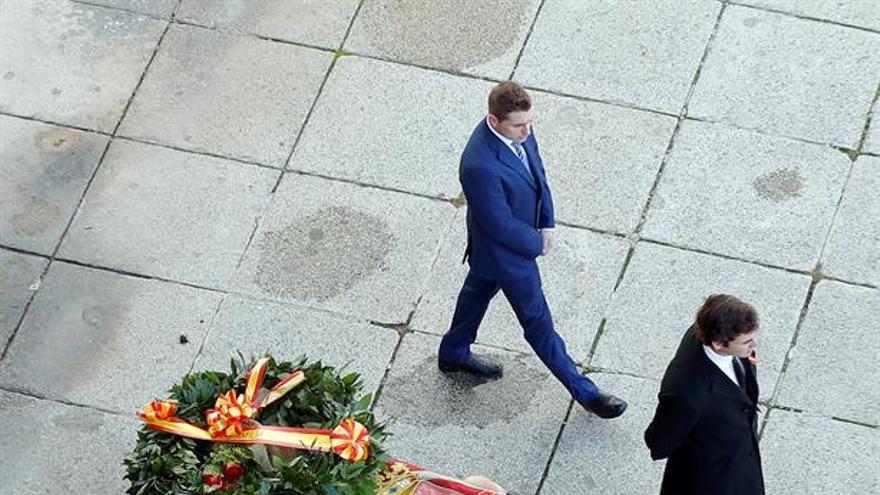 Familiares de Francisco Franco portan el féretro con los restos mortales del dictador