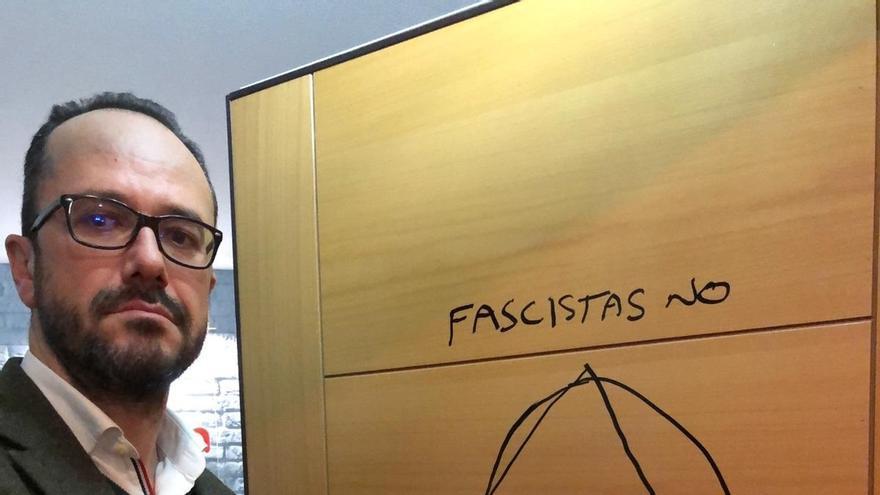 Vox denuncia una pintada con el lema 'fascistas no' en la puerta del despacho de su candidato en Asturias