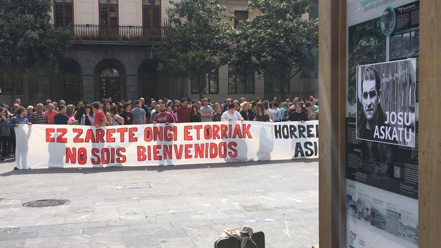 Vecinos de Ugao Miravalles con un cartel con el lema 'No sois bienvenidos'
