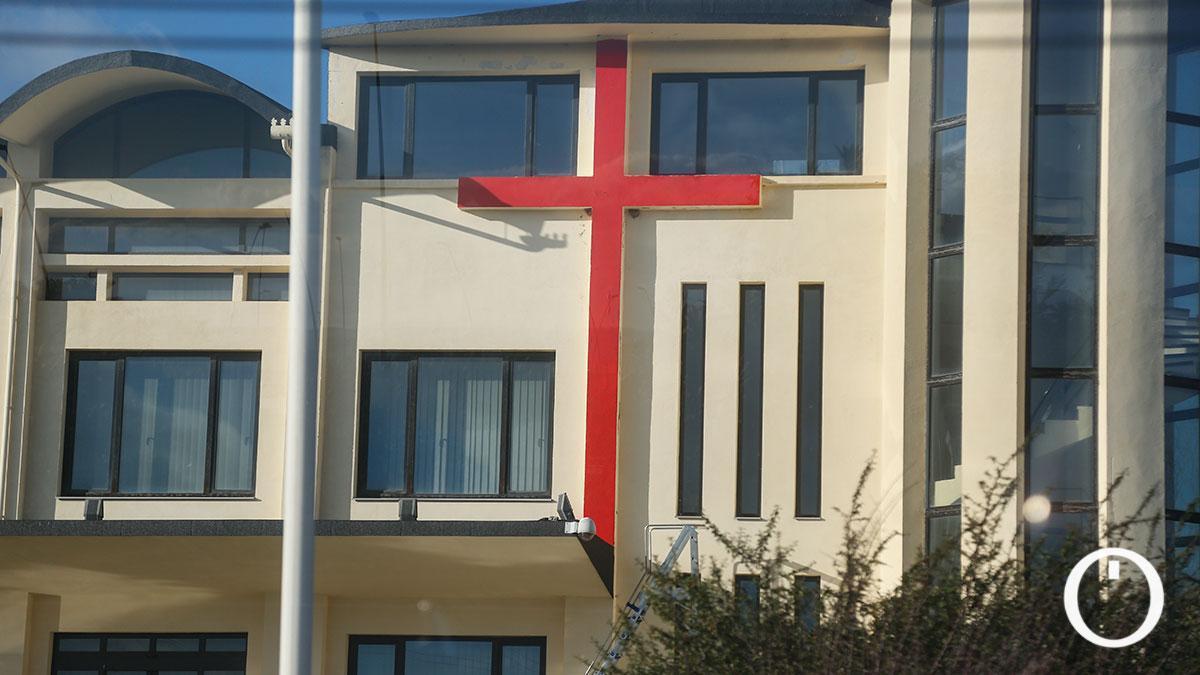 Aparece pintada una cruz roja en las antiguas naves de Rafael Gómez 'Sandokan'