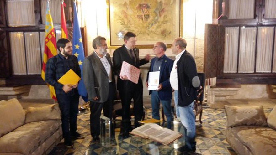 Ximo Puig, con los representantes de Escola Valenciana, en el Palau de la Generalitat