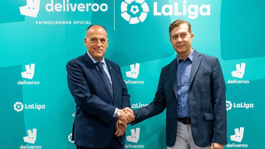 El presidente de LaLiga, Javier Tebas, y el director general de Deliveroo España, Gustavo García Brusilovsky.