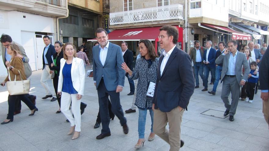 (Crónica) Rajoy disfruta de un paseo por Marín (Pontevedra) entre 'selfies' y con Feijóo de 'fotógrafo' por un día