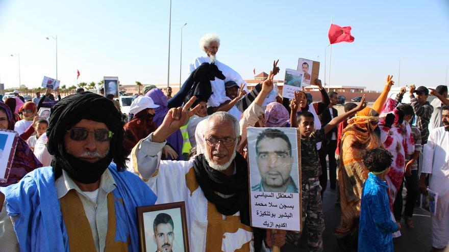Saharauis piden en la ciudad de El Aaiún, en 2007, la libertad de los presos políticos