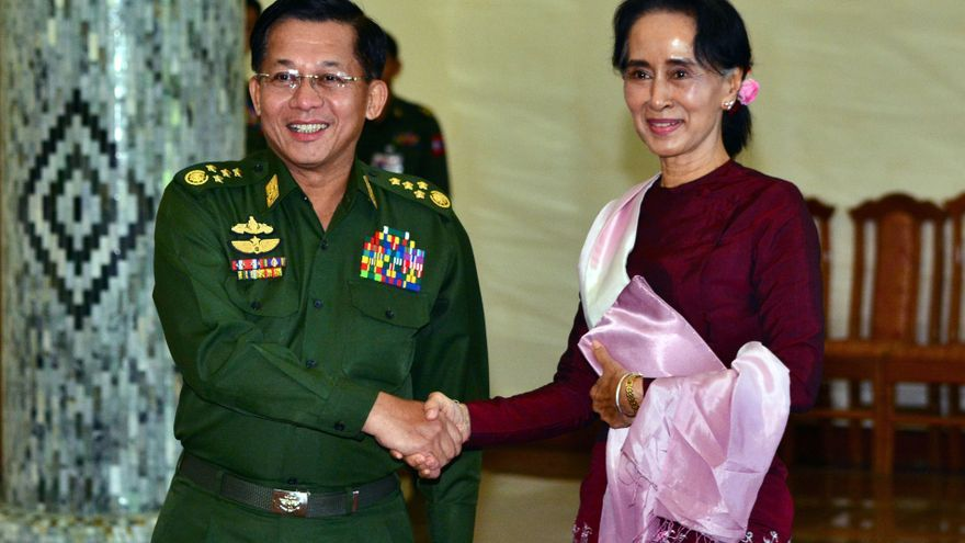 Aung San Suu Kyi, derecha con el comandante en jefe militar, Min Aung Hlaing, responsable de la limpieza étnica / AP Photo/Aung Shine Oo