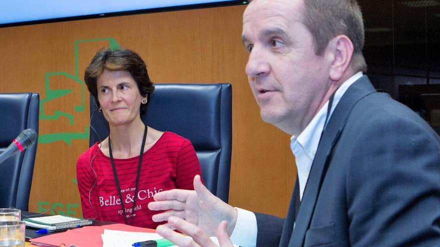 Amaia Cerejido junto a su abogado Iñigo Sancho, en el Parlamento vasco.