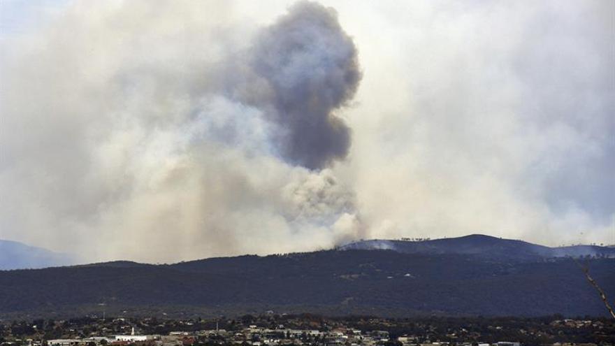 Un herido y 15 casas quemadas en 66 incendios sin control en Australia