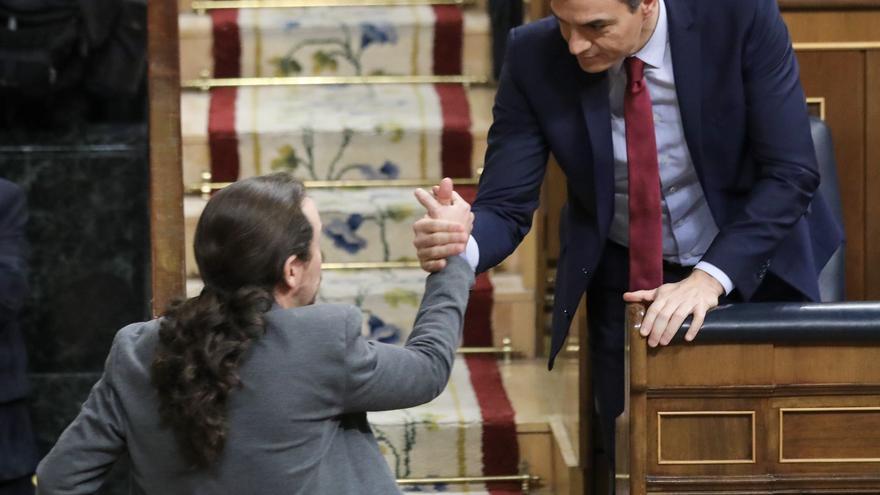 Pablo Iglesias estrecha la mano a Pedro Sánchez durante la segunda votación de investidura en el Congreso de los Diputados