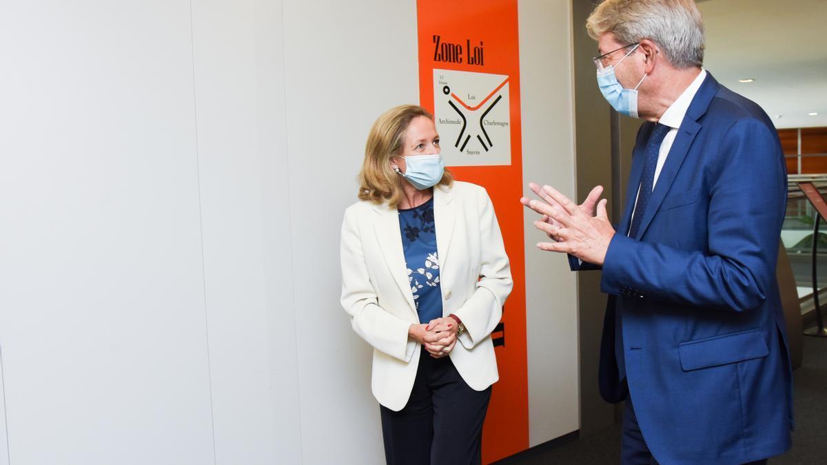 Paolo Gentiloni, comisario europeo de Economía,  y Nadia Calviño, vicepresidenta económica de España.