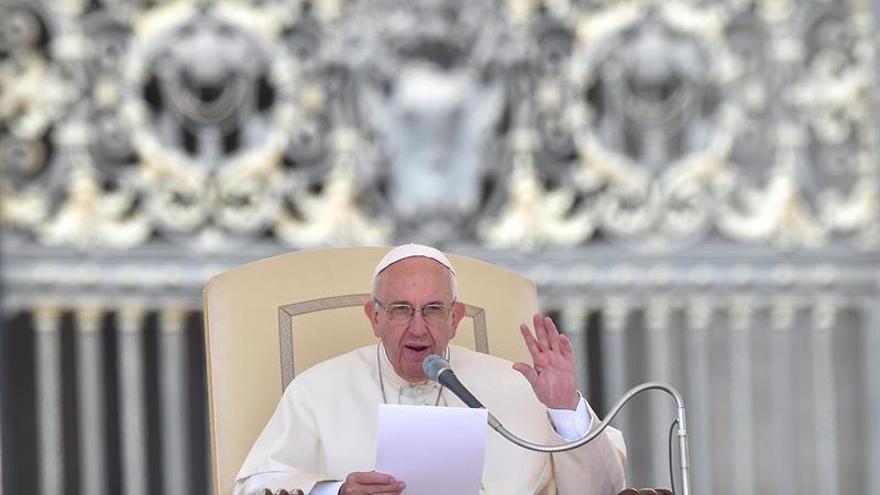 El papa consuela a personas con problemas y arremete contra la maldad humana