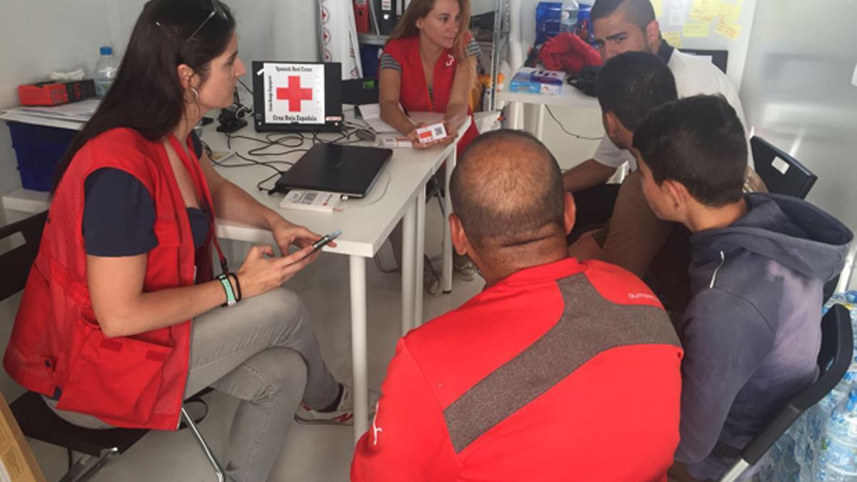 cruz-roja - Voluntarios de Cruz Roja en Grecia.