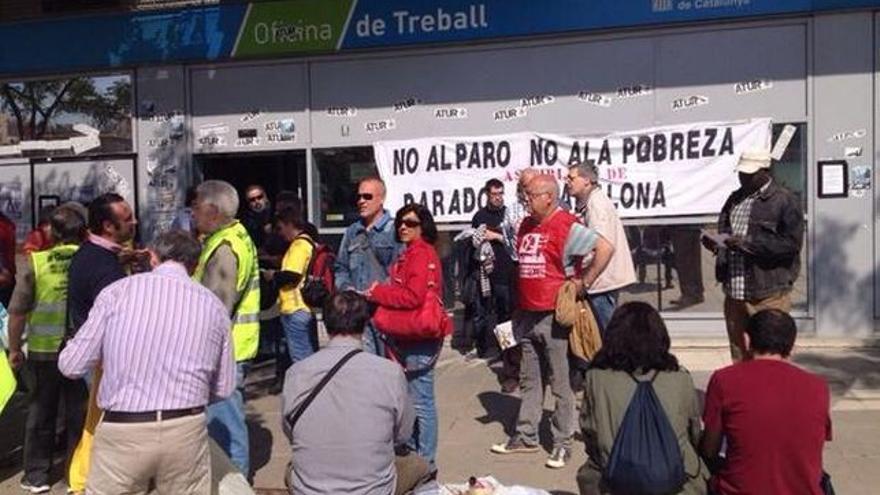 Protesta de parados ante una oficina de colocación de la Generalitat