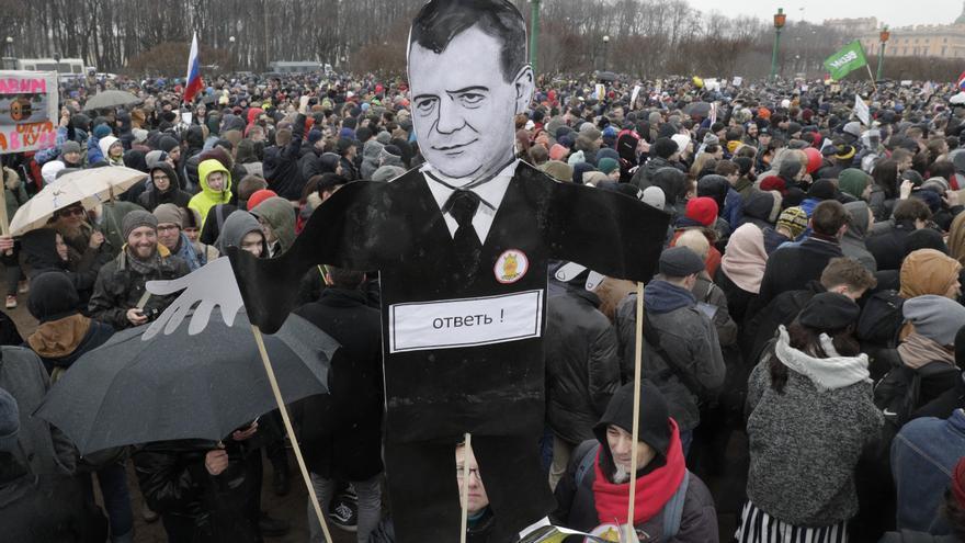 Imagen de las protestas en Rusia, donde las zapatillas Nike de Medvédev se han convertido en símbolo de lucha.