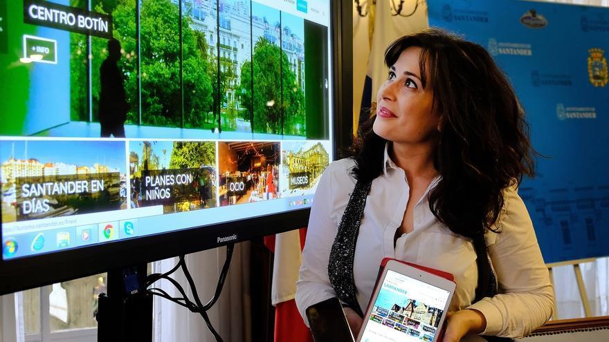 La concejala de Turismo durante la presentación en rueda de prensa de la nueva web.