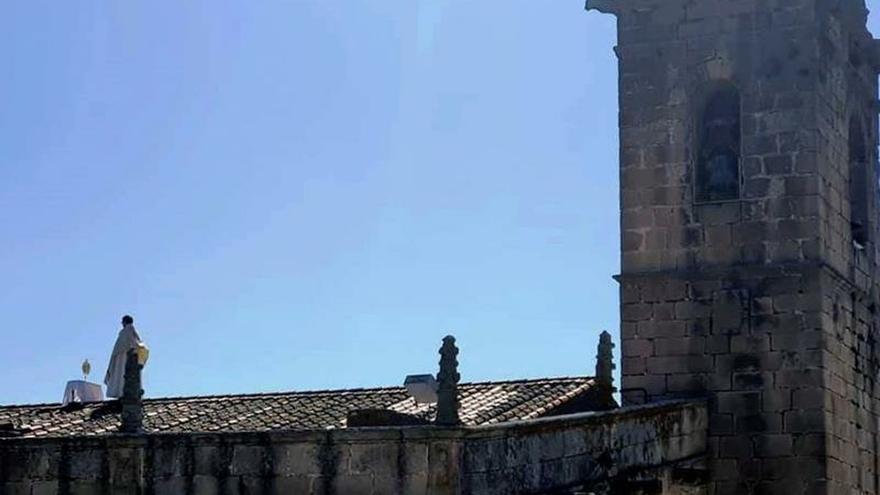 El cura de un pueblo cacereño celebra el corpus desde el tejado de la iglesia