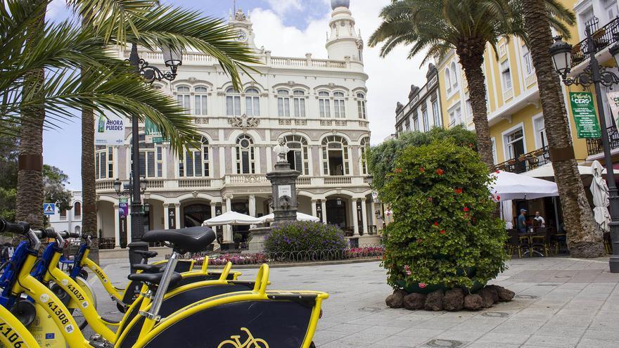 Estación de la Sitycleta frente al Gabinete Literario, uno de los grandes monumentos del barrio de Triana, en Las Palmas de Gran Canaria. Viajar Ahora