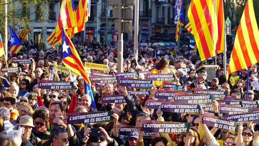 Miles de personas se concentran en Barcelona en apoyo a los líderes independentistas enjuiciados