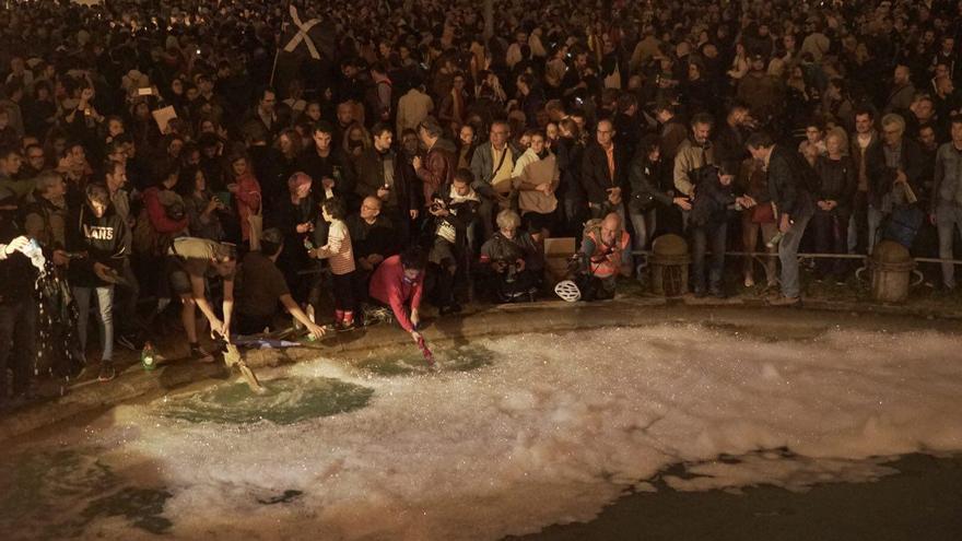 La concentración de los CDR ante la Jefatura de Mossos acaba con la fuente de plaza de Espanya llena de jabón
