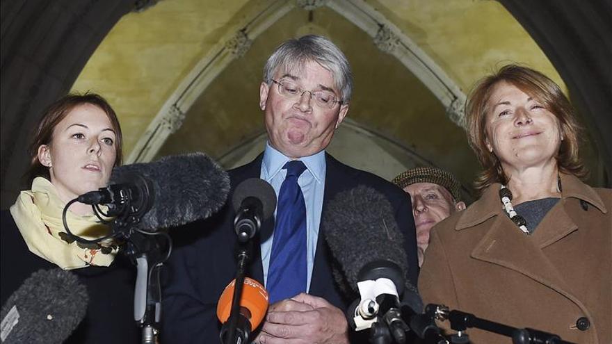 """El conservador británico que llamó a unos policías """"plebeyos"""" pierde el caso de libelo"""