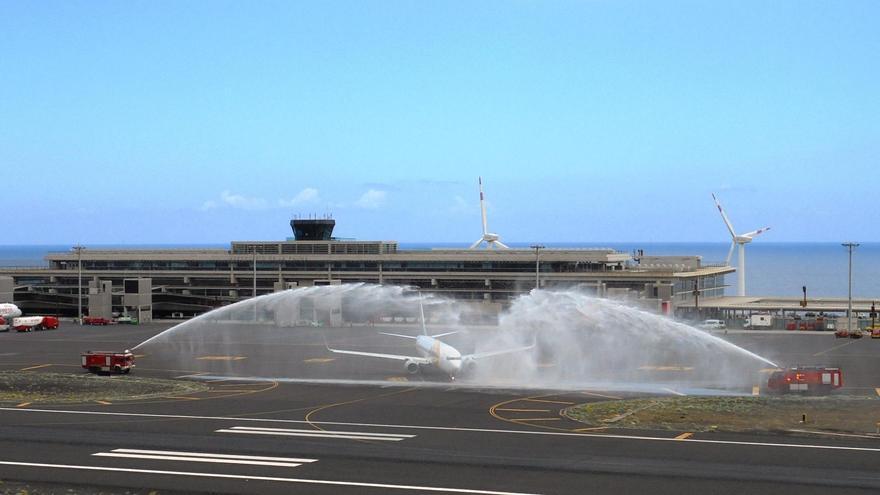 El Servicio de Salvamento y Extinción de Incendios del Aeropuerto realizó un arco de agua al avión de Primera Air que partía de la Isla destino a Gotemburgo.