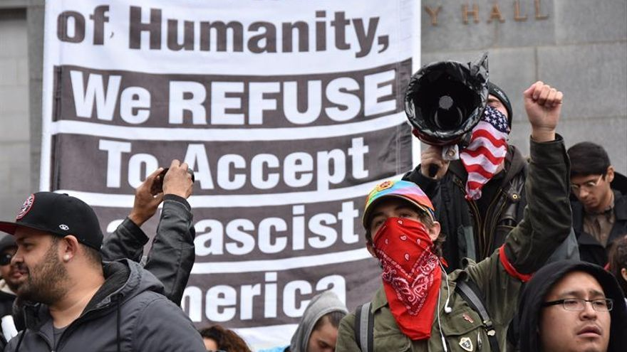 Manifestantes protestan contra el presidente de EE.UU., Donald Trump el 20 de enero en Los Ángeles | FOTO: EFE