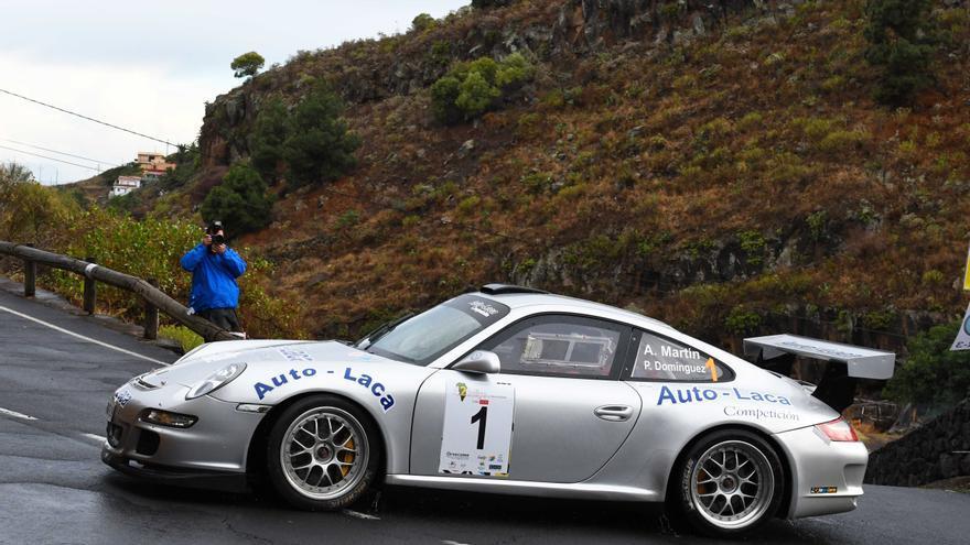 Un coche durante una carrera de rally.