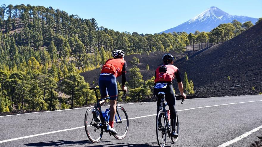 Corredores durante una edición de la Vuelta al Teide