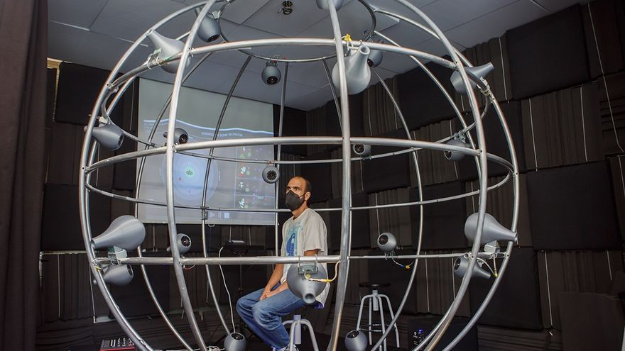 """Archivo - El DJ Pablo Cotton escucha una composición en la """"jaulab"""" ubicada en el laboratorio de acústica de la UPNA"""